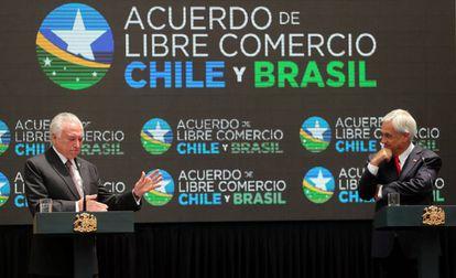 Os presidentes do Brasil, Michel Temer (à esquerda), e do Chile, Sebastián Piñera, falam em entrevista coletiva durante a assinatura do TLC entre os dois países.