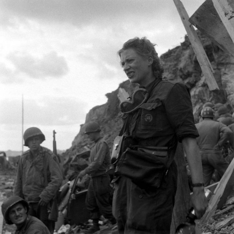 Lee Miller com alguns soldados em Rennes (França) em 1944, para onde foi como fotógrafa de guerra.