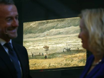 O diretor do Museu Van Gogh, Axel Rueger e a ministra holandesa de Cultura, Jet Bussemaker, com um dos quadros roubados de Van Gogh, nesta terça-feira.