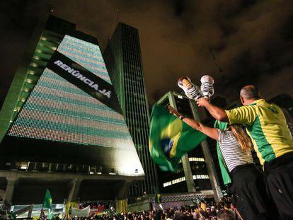 Manifestantes protestam contra o Governo em São Paulo.