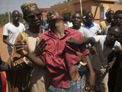 Um manifestante ferido em Ouagadougou, capital de Burkina Faso.