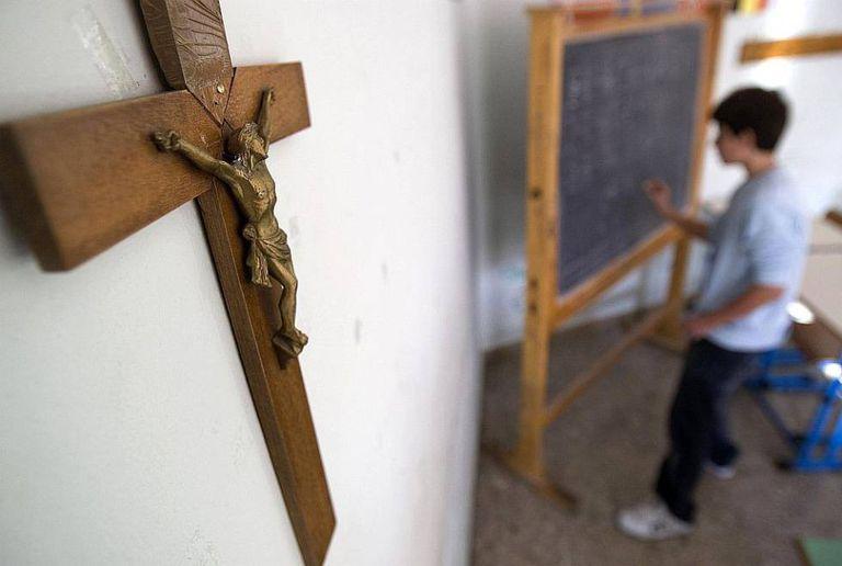 Um crucifixo em uma sala de aula.