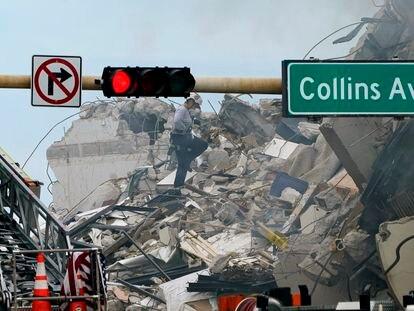 Equipe de resgate remove destroços do prédio de apartamentos destruído em Miami em busca de sobreviventes.