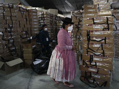 Uma funcionária supervisiona o material da votação antes de ser distribuído aos centros eleitorais.