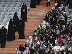 Aficionadas iraníes en la grada del Azadi, vigiladas por policías.