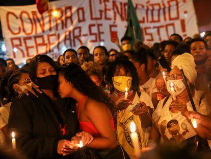 Mulheres choram durante protesto na favela do Jacarezinho, no Rio contra a chacina que deixou ao menos 29 mortos.