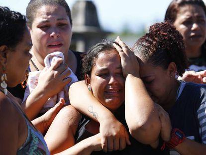 Enterro de um dos sete homens que morreram no Salgueiro, São Gonçalo, durante uma operação da Policia Civil e do Exército.