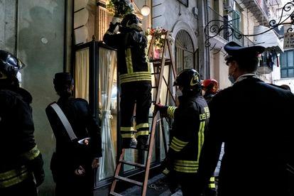Bombeiros retiram a capela do jovem criminoso falecido Emanuele Sibillo.