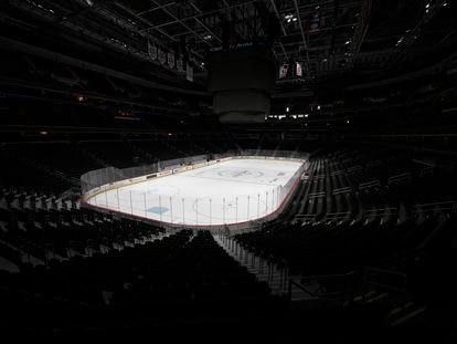 A Arena Capital One, casa do time de hóquei Washington Capitals NHL vazia no dia 12 de março. A liga seguiu a orientação da NBA e suspendeu todos os jogos.