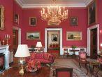 La Sala Roja, una de las más estancias públicas más emblemáticas de la Casa Blanca, y que ha sido objeto de redecoraciones más o menos agresivas a lo largo de su historia. La última, con Melania Trump, se ha limitado a un cambio en las cortinas.  
