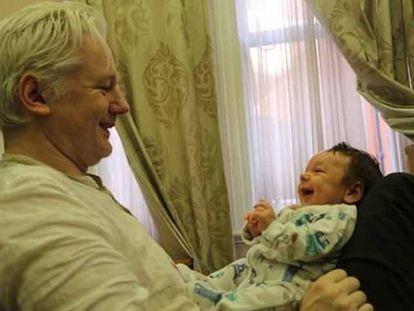 Julian Assange com seu filho Gabriel, em imagem do programa '60 Minutes Australia'.