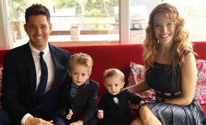 Michael Bublé com sua mulher, Luisana Lupilato, e seus dois filhos.