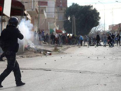 Enfrentamento entre a polícia antidistúrbios e manifestantes na terça-feira em Kasserine (norte da Tunísia).