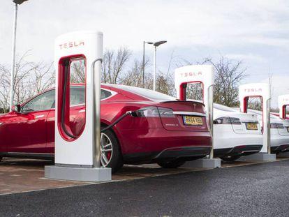 Veículos elétricos da Tesa recebendo carga em suas baterias.
