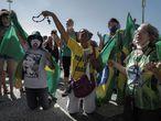 BRA02. RÍO DE JANEIRO (BRASIL), 21/06/2020.- Mujeres oran durante una manifestación de apoyo al presidente Jair Bolsonaro, este domingo, en la playa de Copacabana, en Río de Janeiro (Brasil). EFE/ Antonio Lacerda