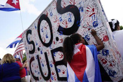 Cubanos nos EUA se manifestam diante da Casa Branca em 17 de julho com o lema dos protestos, #SOSCuba.