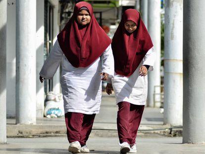 Duas alunas da Malásia, país que foi excluído da prova de 2015.
