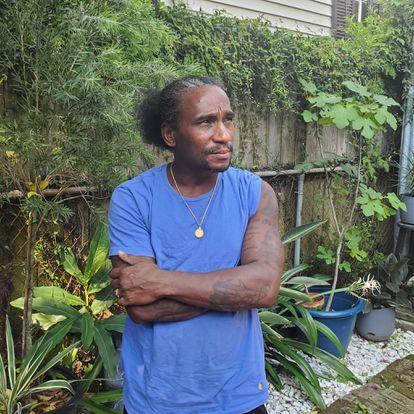 Jacc Mikel, em uma das casas onde cuida do jardim, em Nova Orleans.