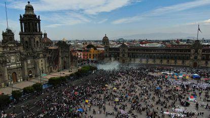 Os protestos no Palácio Nacional, a residência do presidente mexicano, Andrés Manuel López Obrador, nesta segunda-feira.
