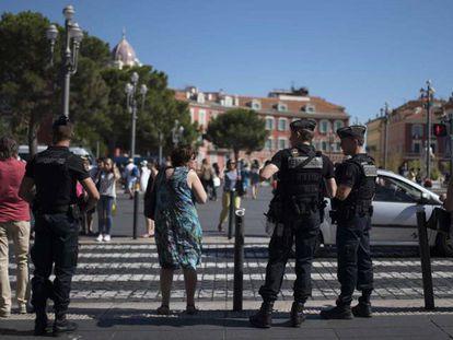 Policiais franceses patrulham o centro de Nice.