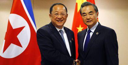 O ministro das Relações Exteriores da Coreia do Norte, Ri Yong-ho, com seu homólogo chinês, Wang Yi.