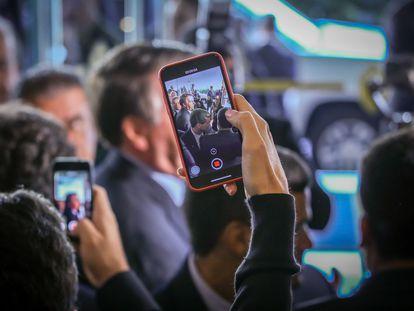 Jornalistas registram declaração do presidente Jair Bolsonaro durante evento em Miami, em março de 2020.
