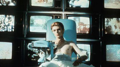 Bowie em um fotograma do filme 'The man who fell to Earth' (1976)