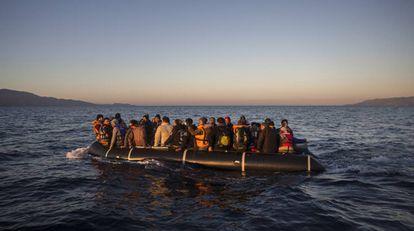 Refugiados sírios se aproximam de ilha grega.