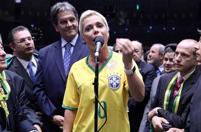 Cristiane Brasil, com o pai Roberto Jeferson ao fundo, na votação do impeachment na Câmara, em 2015.