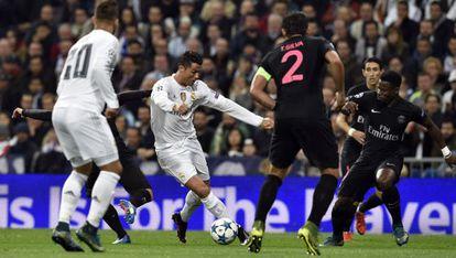 Cristiano Ronaldo realiza passe ante a pressão do PSG