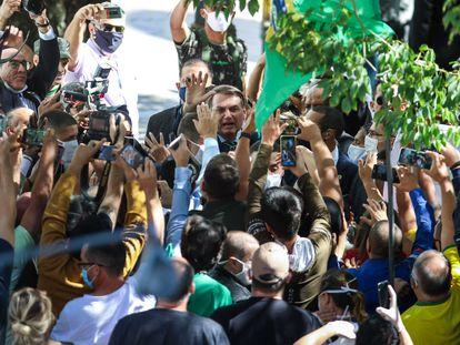 Presidente Jair Bolsonaro cumprimenta apoiadores nesta quinta-feira, em Porto Alegre.