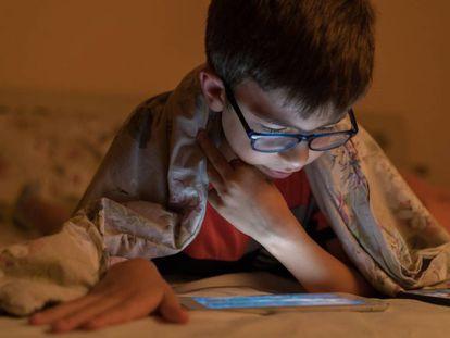 Crescimento da miopia entre as crianças durante o confinamento se deve sobretudo à falta de luz solar.