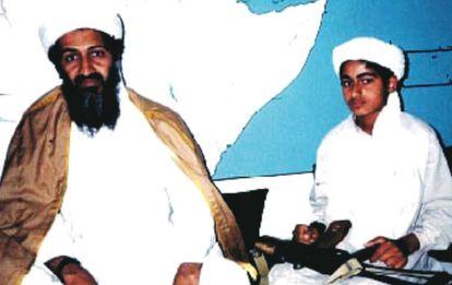 Hamza bin Laden, à direita, com seu pai, em 2001.