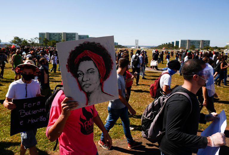 Homem empunha cartaz alusivo a Marielle durante protesto em Brasília, em 7 de junho.