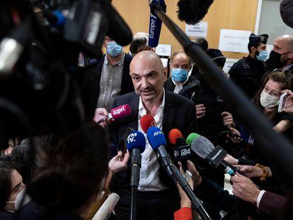 Richard Malka conversa com os jornalistas.
