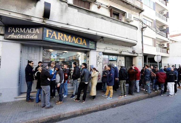 Compradores de maconha fazem fila em uma farmácia do bairro Malvín, em Montevidéu.