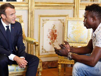 O presidente francês, Emmanuel Macron, recebe o imigrante malinês Mamoudou Gassama.