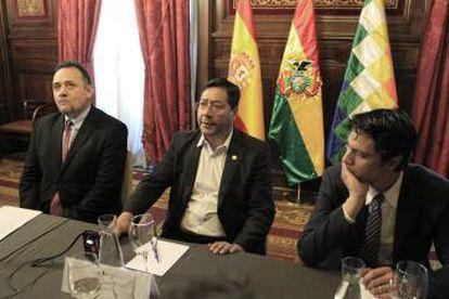 Luis Arce (ao centro), durante evento em Madri.