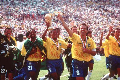 Mauro Silva, ao lado de Dunga, comemora a Copa do Mundo de 1994.
