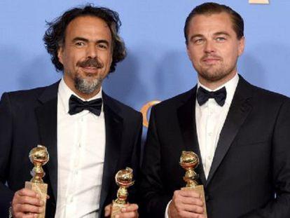 Alejandro Gonzalez Inarritu e Leonardo DiCaprio, com seus prêmios.