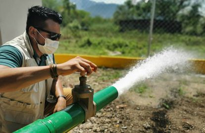 Trabalhador do Unicef verifica sistema de purificação de água reabilitado pela organização em Táchira (Venezuela) em junho de 2020.