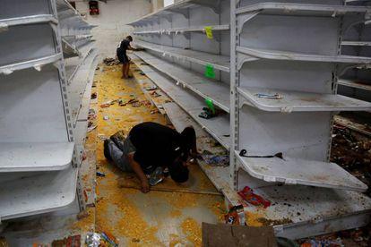 Mercado saqueado em Caracas, na sexta.
