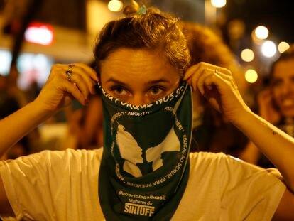 Ativistas vão às ruas do centro do Rio de Janeiro em marcha pela legalização do aborto na América Latina.
