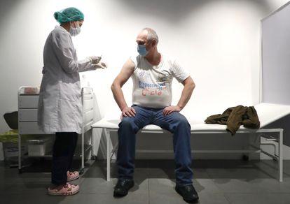 Um homem recebe a injeção da vacina Sputnik V na galeria comercial Gum, em Moscou, em março.