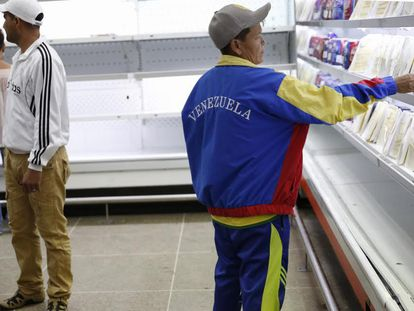 Consumidores compram alimentos em um supermercado estatal no dia 9 de janeiro em Caracas.