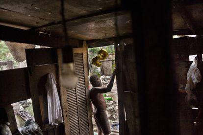 Rogério, sujo dos pés a cabeça, é um dos moradores que não tem banheiro. O vaso sanitário é o mato do fundo da residência.