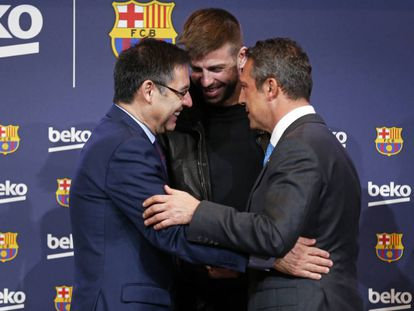 Bartomeu, Piqué e o presidente de Beko, Ali Y. Koc.
