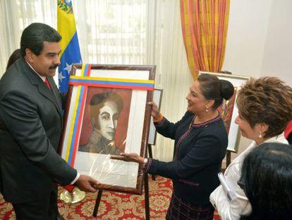 Maduro mostra quadro de Bolívar em Trinidad e Tobago.