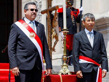 O presidente do Peru, Manuel Merino, posa com José Arista, ministro da Economia, depois da posse do Gabinete, em 12 de novembro.