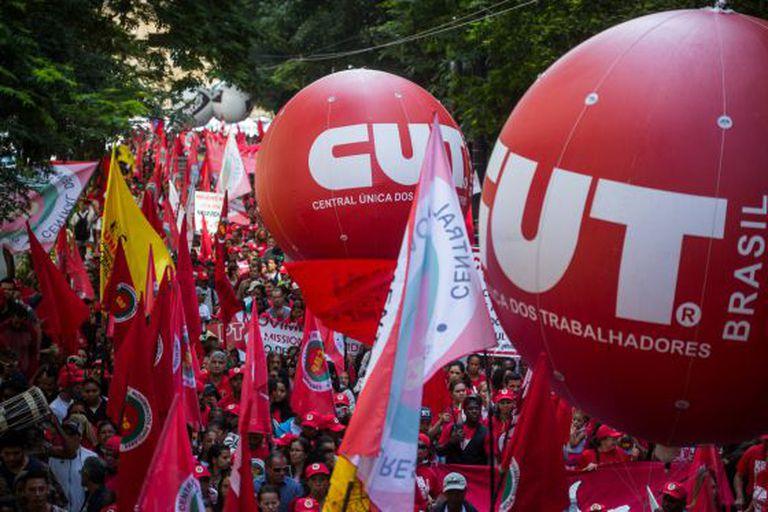 Manifestantes no ato da CUT, no centro de São Paulo.